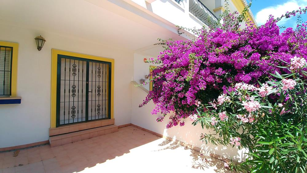 South-facing 2-bedroom ground-floor apartment with garden, San Miguel de Salinas town centre