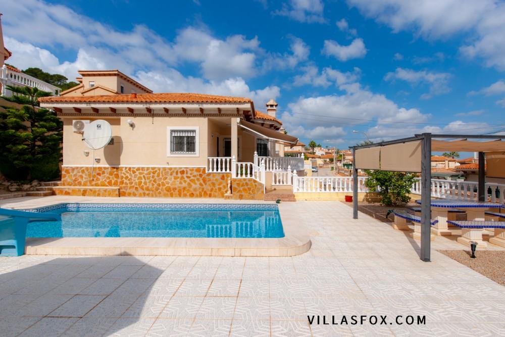 Villasmaría 3-roms frittliggende villa med basseng, garasje og underbygning