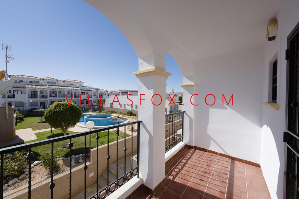 South-west-facing 2-bedroom, 2-bathroom townhouse, communal pool, garage, La Ciñuelica