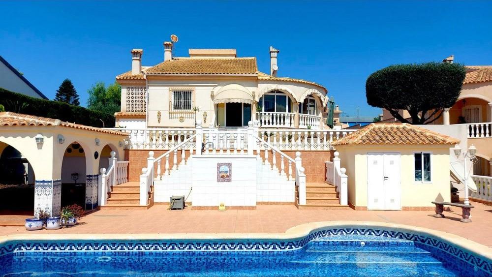 4-roms, 3-bad luksusvilla i La Marina med dobbel garasje