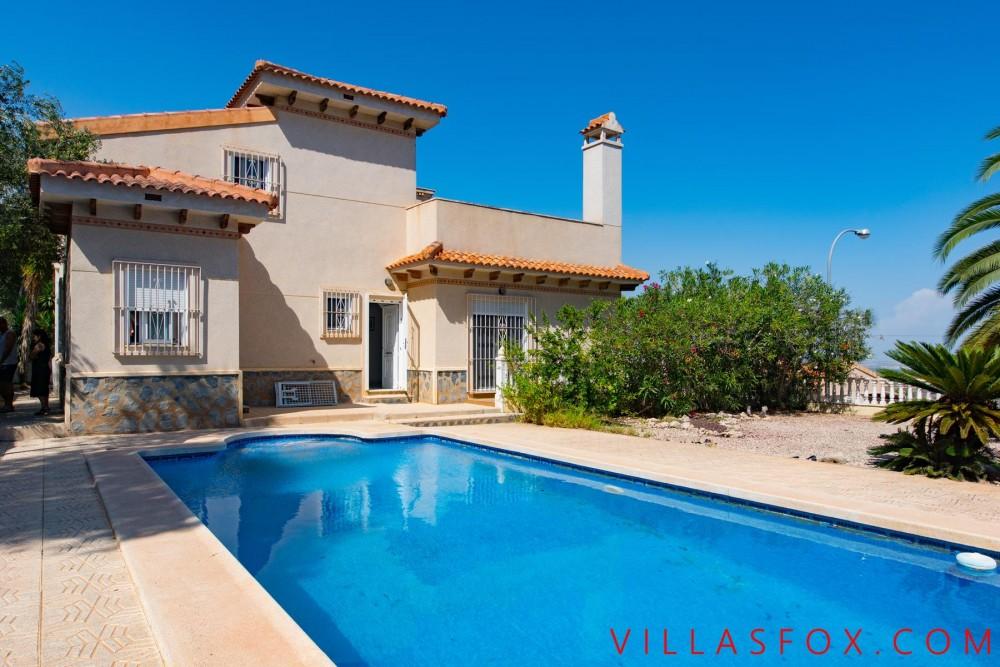 Vilă de lux Villasmaría de vânzare cu 4 dormitoare, 3 băi și vederi minunate!