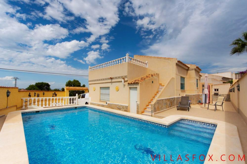Villa de luxe à San Miguel de Salinas sur terrain d'angle à vendre avec garage