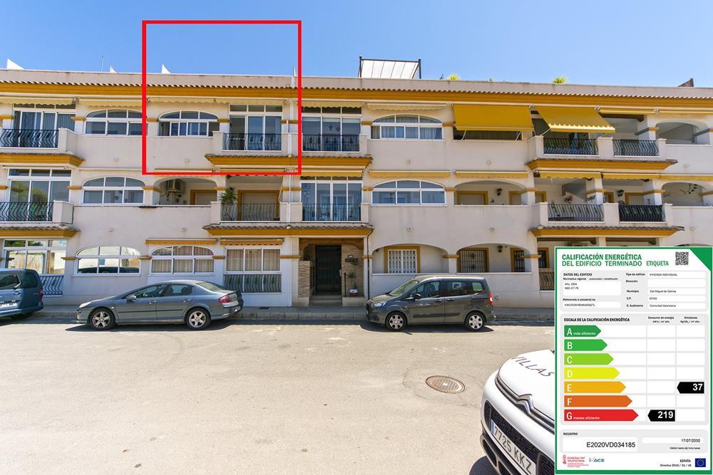 Apartamento en la planta superior de San Miguel de Salinas con solárium privado y garaje